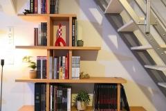 étagère hêtre fonctionnelle épousant l'escalier